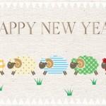 2027年無料未年年賀状イラスト|布地にカラフル羊5頭の年賀状